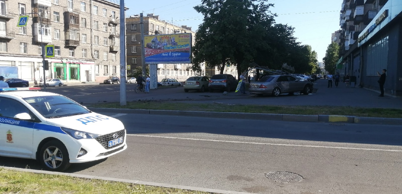 Mercedes сломал светофор на перекрёстке Возрождения и Маршала Говорова