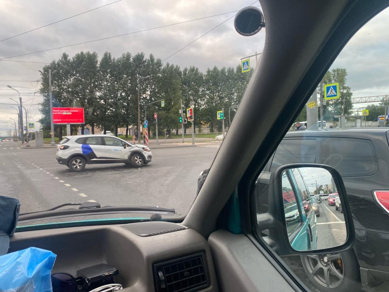 На перекрёстке Индустриального и Ириновского столкнулись Mercedes и Renault.