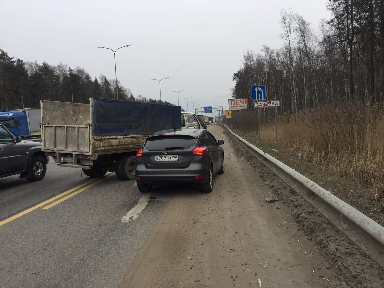 BAW оторвал бампер Фокусу в Заневке, на выезде из города. Ждём гибдд 4 часа