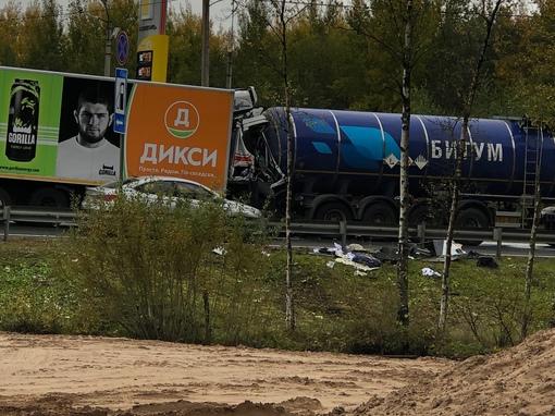 Грузовик Дикси влетела в цистерну с битумом на 177 км Мурманского шоссе в сторону Лодейного поля.