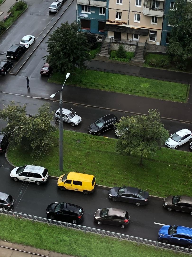В 8:54 гражданин на серебристой шниве снес зеркало серому Мондео припаркованному по Авиаконструкторо...