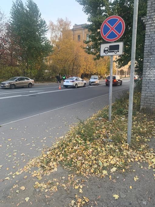 На Боровой улице столкнулись два Поло, ДПС и скорая на месте