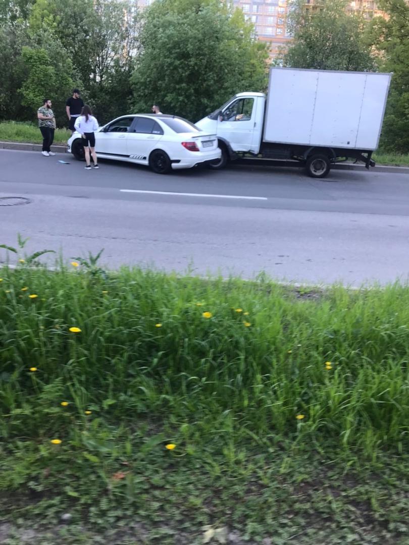 Авария с Газелью и Мерседесом на Байконурской улице в сторону Хрулева