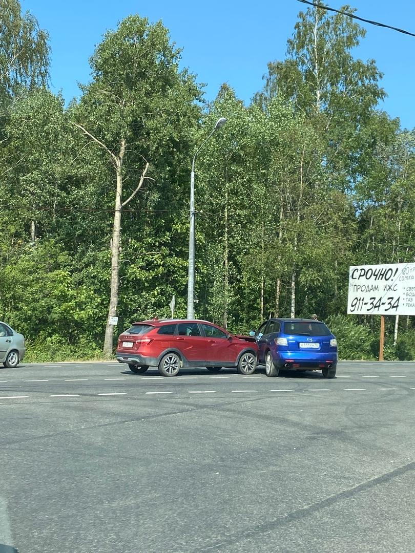 Лада и Mazda столкнулись на выезд из СНТ Заозерное, 36 км Выборгского шоссе