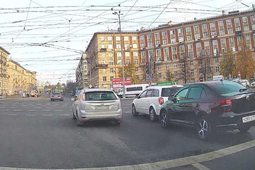 Около метро Новочеркасская странное притяжение в зад у людей.... Нюхачи особо не мешают.