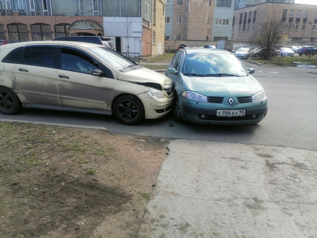 На Фарфоровской водитель Renault, разворачиваясь у дома 8, не заметил Mercedes
