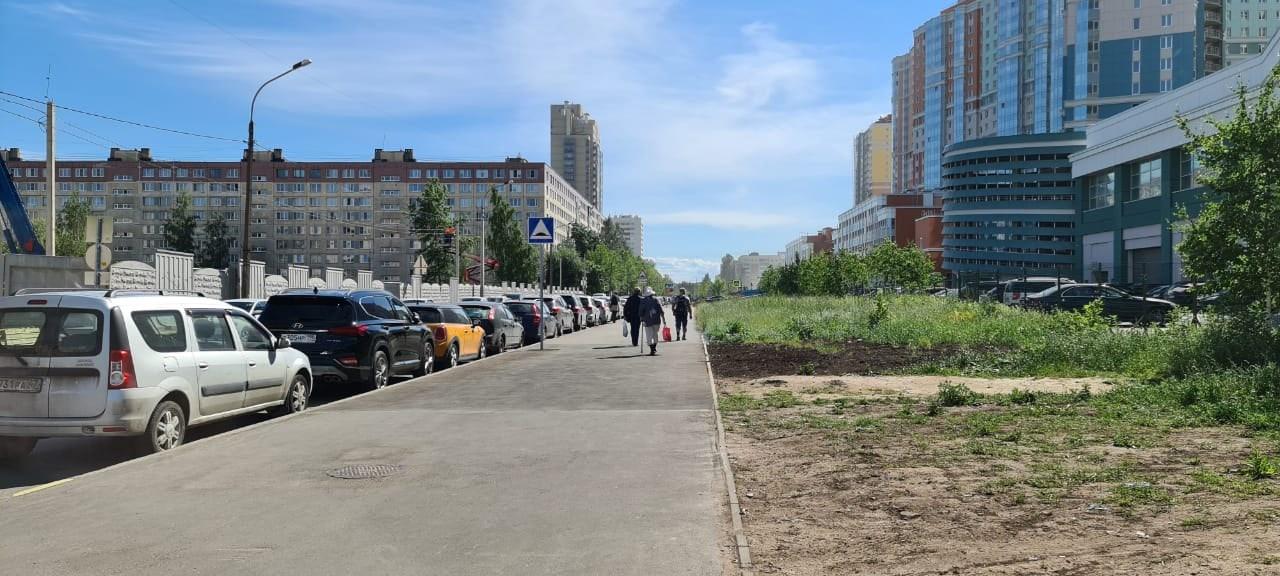 По улице Руднева горит торф на газоне