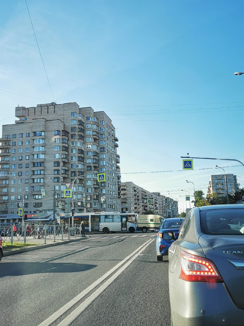 ДТП на перекрестке проспекта Ветеранов и ул. Лёни Голикова. Маршрутка столкнулась с инкассаторской м...