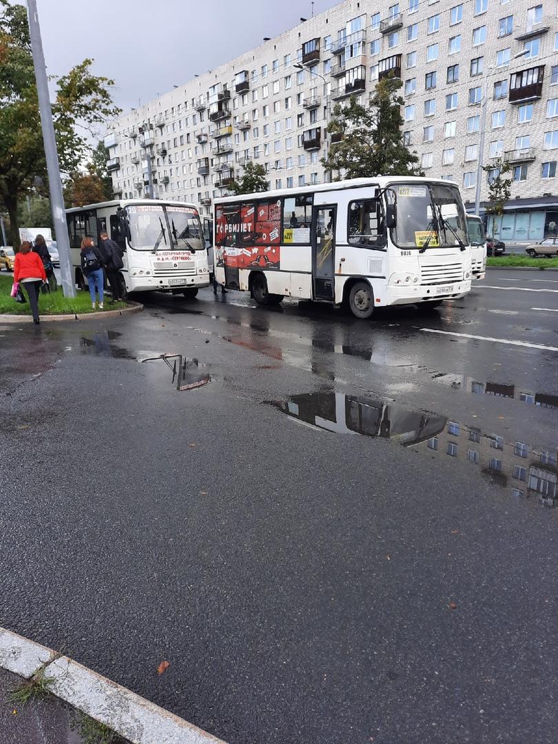 Авария двух маршруток на проспекте Ветеранов. Пассажиры были вынуждены продолжить свой путь своим хо...