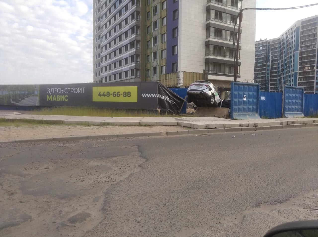 Каршеринг закончил аренду в заборе в конце Екатерининского проспекта в городе Мурино