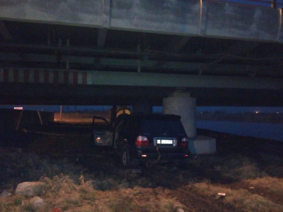 Закрытый на ремонт мост глупости собрал очередную жертву. Во время реконструкции мостик не унывает ...