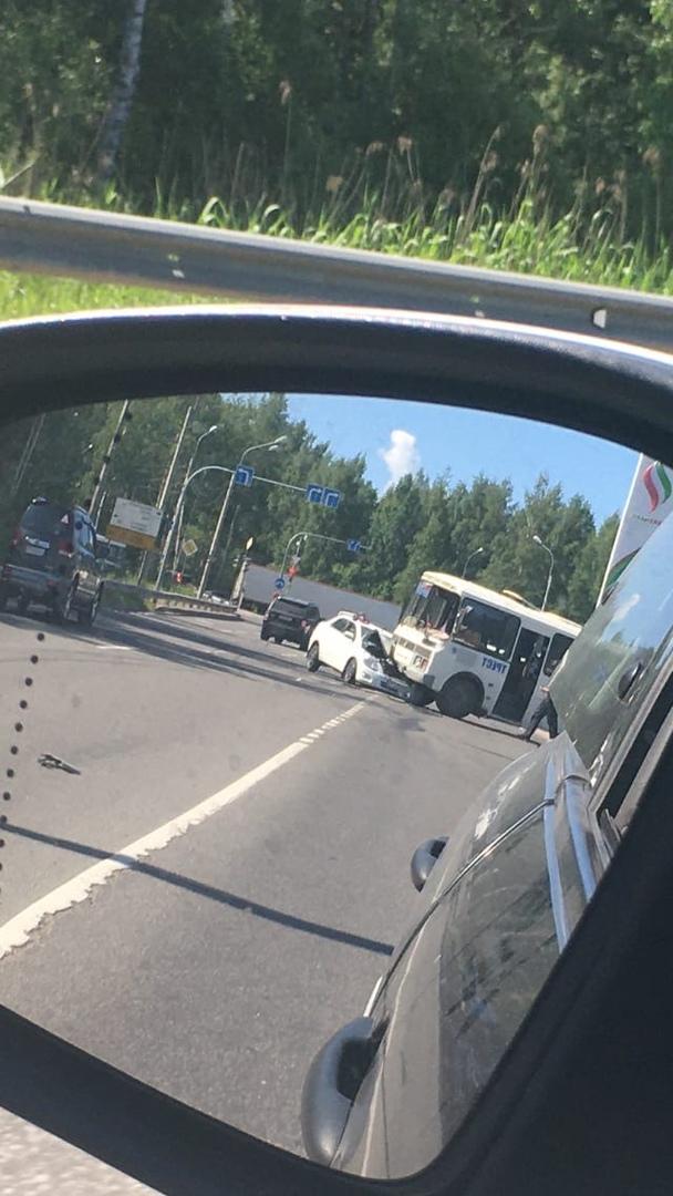 Авария случилась у заправки Татнефть на повороте с Выборгского шоссе на Горское шоссе. И следом же е...