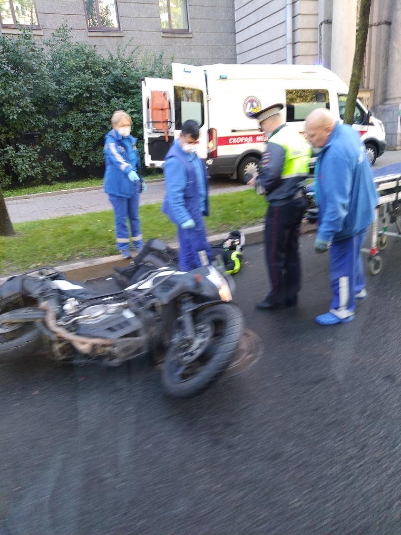 На Большом Сампсониевском пр. 81 подбили мотоциклиста. Скорая и ГИБДД на месте.