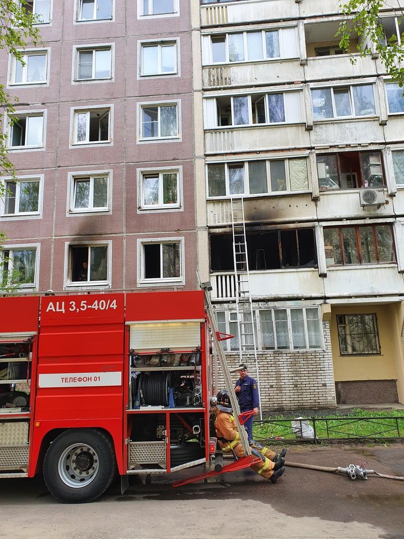 Горит квартира в доме 13 по проспекту Авиаконструкторов. В пожаре погиб мужчина