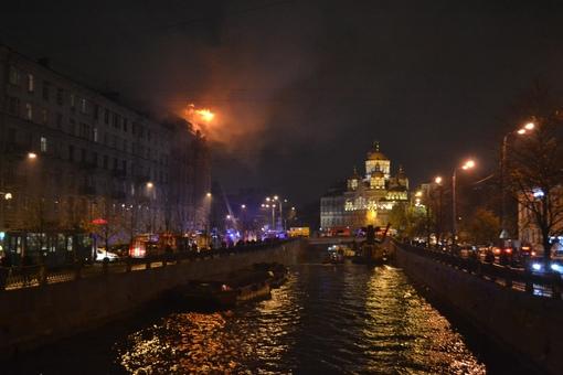 Еще фотографии пожара на набережной реки Карповки д.30/15 Полная новость: https://vk.com/wall-68471...