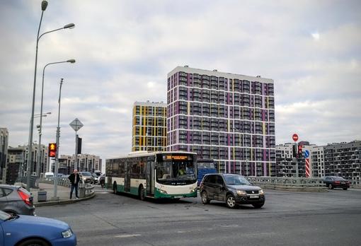 Волгабус 300-го маршрута исправил ошибку ориентирования водителя Suzuki и направил его со второго ря...