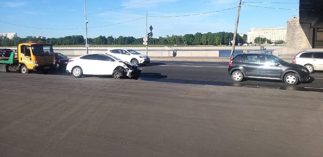 Утреннее ДТП на Октябрьской набережной у Володарского моста между Peugeot Partner и Hyundai.