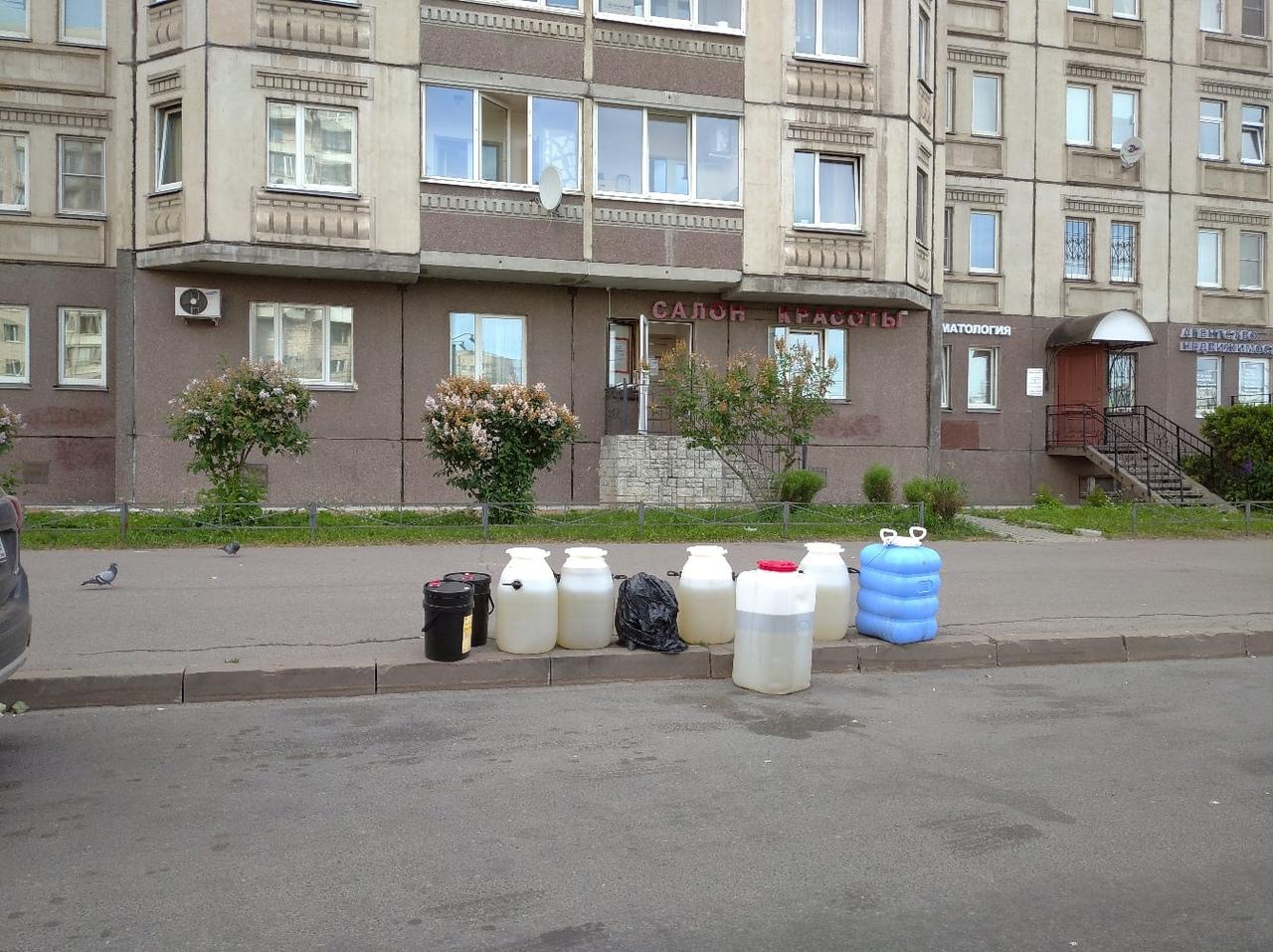 Напротив дома 48 корпус 1 по улице Наличной уже третий день стоят подозрительные бочки с неизвестным...