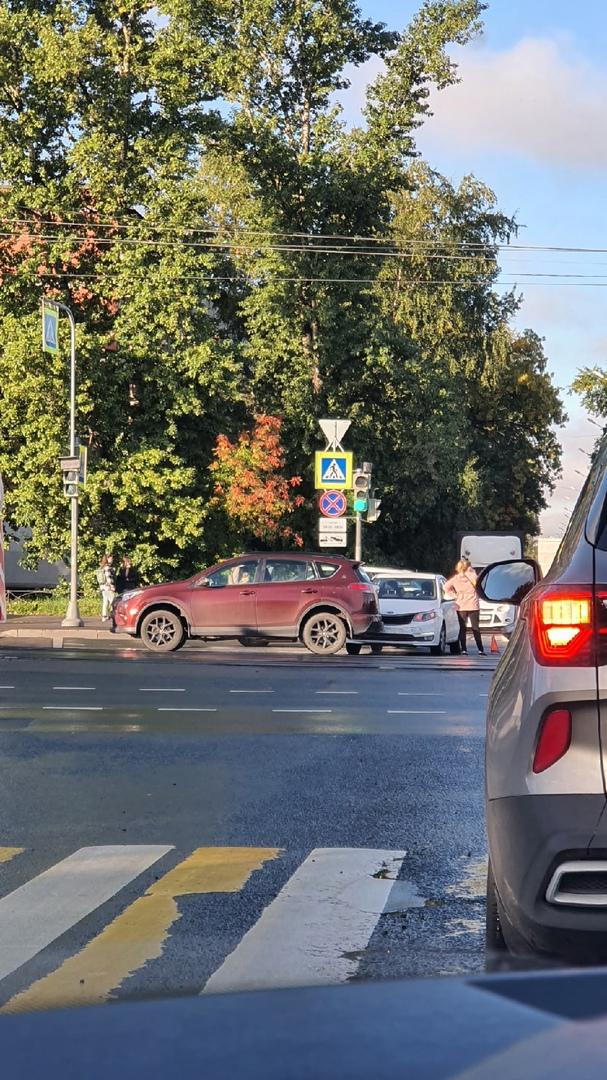 На перекрестке Дальневосточного и Новосёлов в сторону Народной две дамы стоят, скучают. Свободна тол...