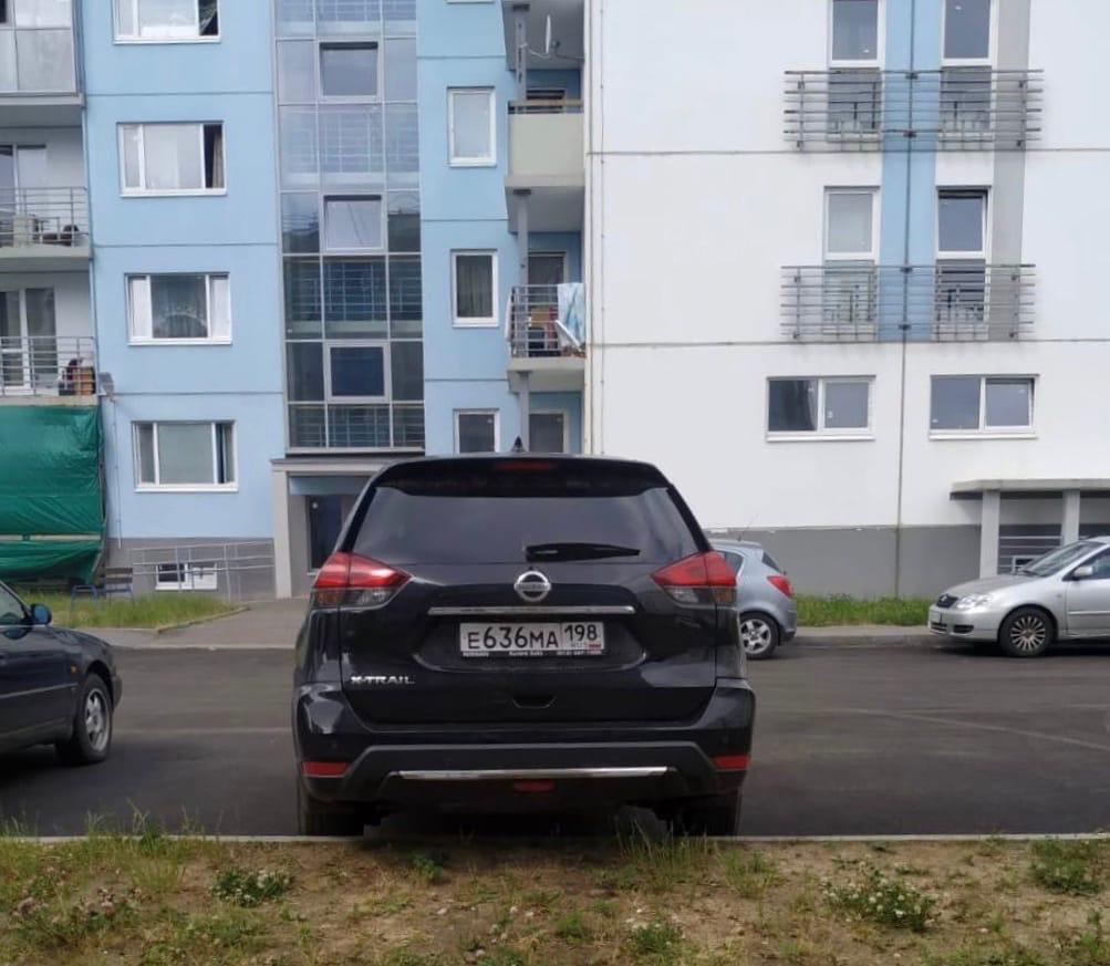 В деревне Агалатово около дома 209 корпус 1 уже 3-4 день стоит подозрительная тачка - Чёрный Nissan ...