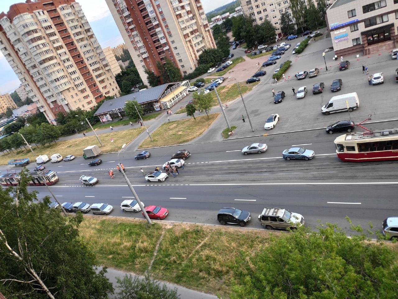 Дтпшка на Шлиссельбургском остановила движение трамваев.
