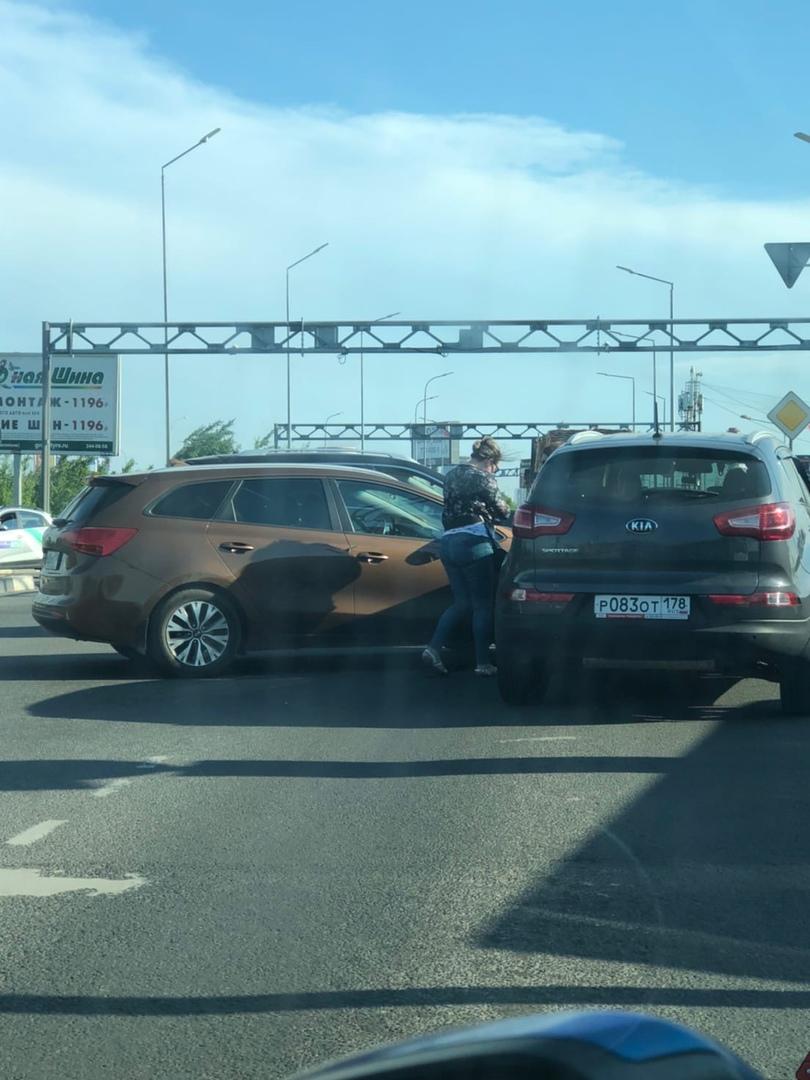 На заезде в Кудрово у Меги Дыбенко стукнулись две легковушки.