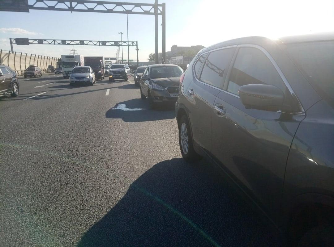 КАД, внешнее кольцо, левый ряд перед съездом на пр. Обуховской обороны, 4 машины. Рабочий день закон...