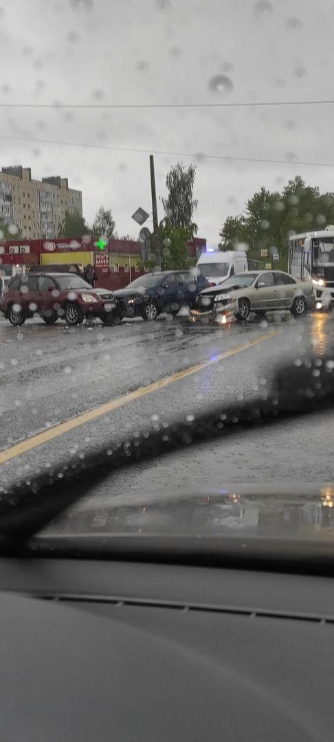 На пересечении Петрозаводского шоссе и Садовой в Металлострое столкнулись 3 машины.