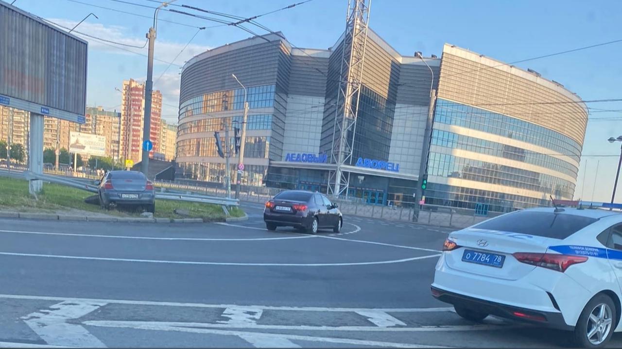 На Российском легковушка не зашла в поворот. Службы на месте оформляют.