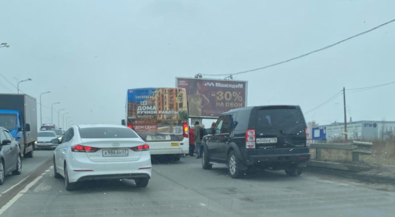 Внедорожник и автобус к178 притерлись на подъеме Парнасского путепровода в направлении Гранд Каньона...