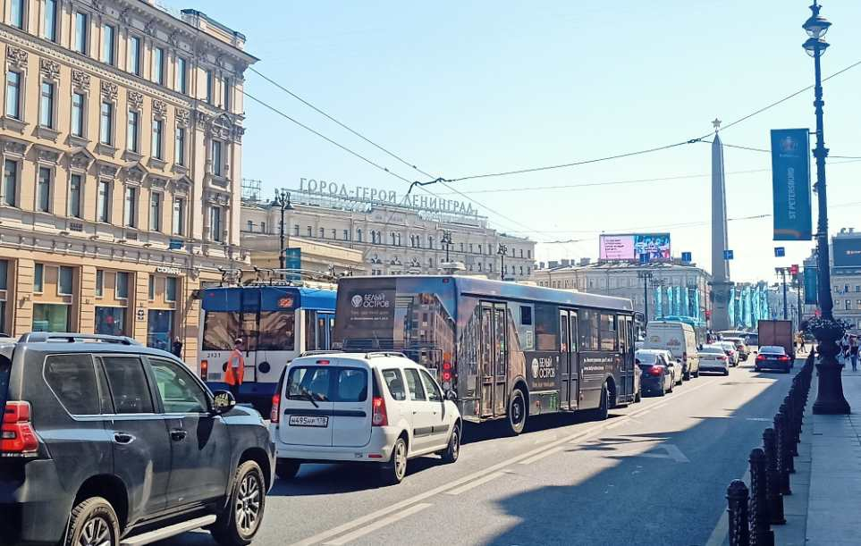 На Невском троллейбус оборвал крепления проводов! Один свисает над дорогой. Свободен один ряд! Проби...