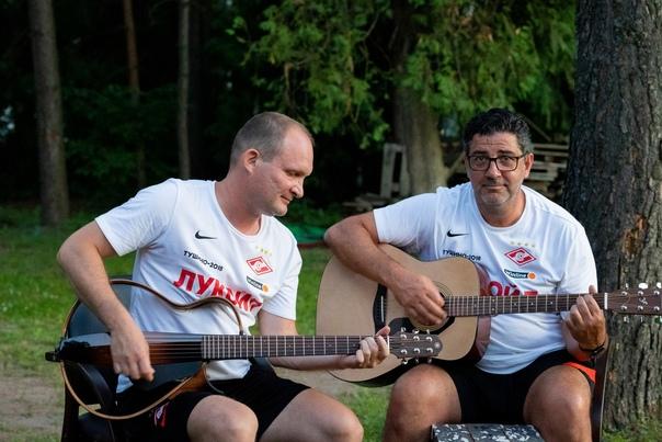 Руй Витория играет на гитаре