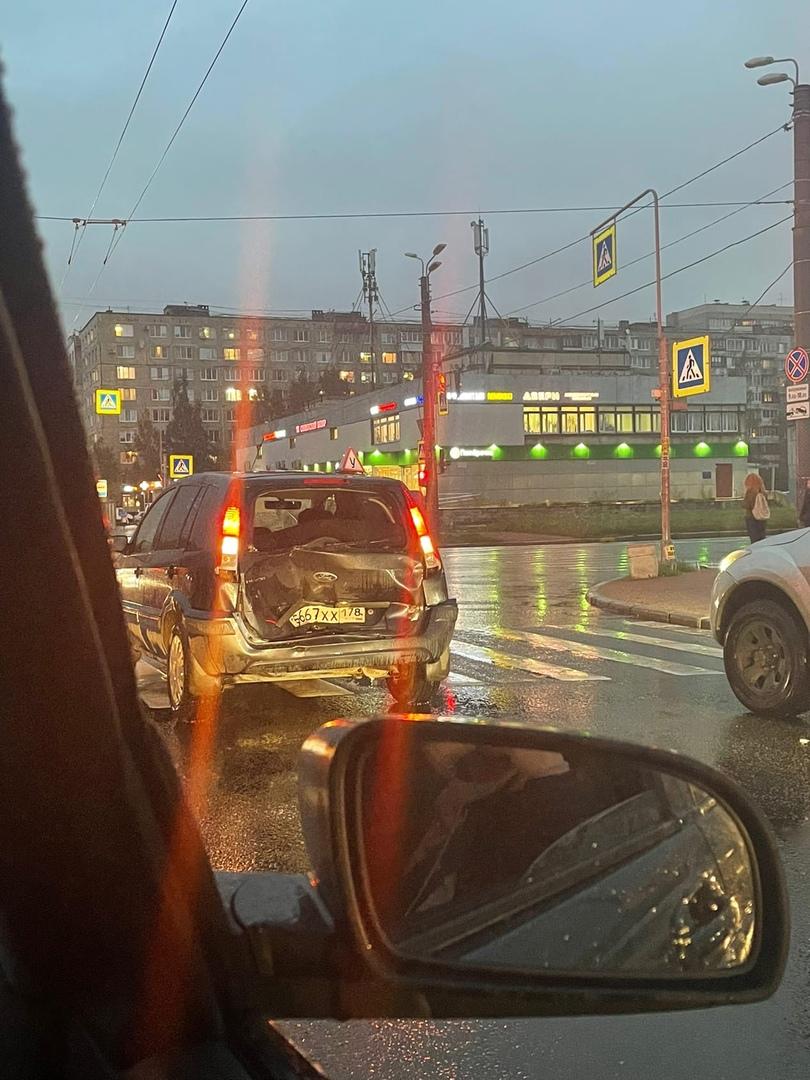 На перекрёстке Товарищеского и Подвойского стоит Ford с вмятой внутрь пятой дверью.