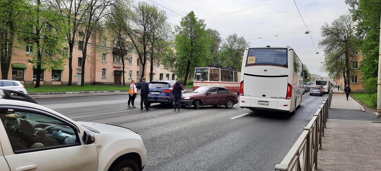 Среднеохтинский 24/2 в сторону Невы Ланос протаранил Audi на трамвайных путях. Сейчас трамваи встану...