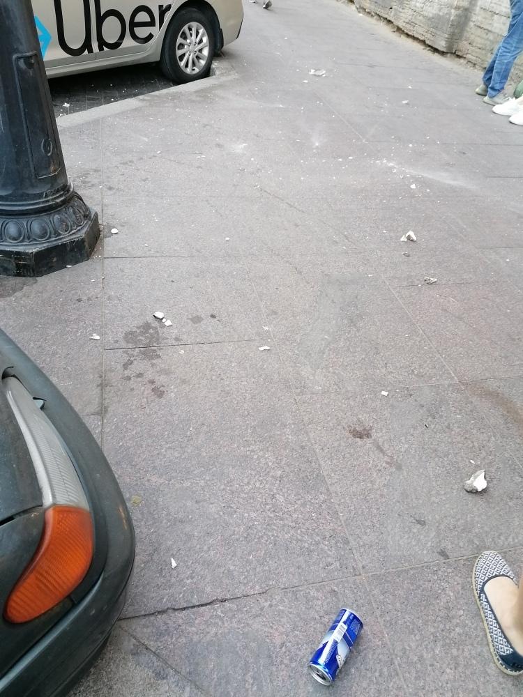 На Пушкинской с дома 20 возле магазина Дикси прямо на голову женщине упала штукатурка