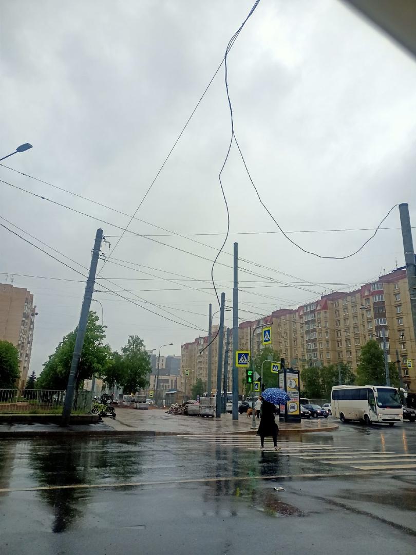 На перекрёстке Наличной и Уральской болтается провод на уровне 1.5м от земли. Под напряжением или не...