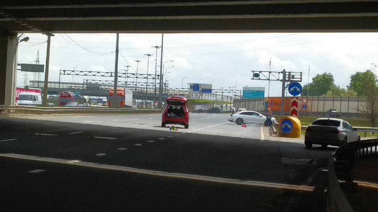 На Московском шоссе по направлению из города столкнулись Киа К5 и Mazda СХ-5. Киа развернуло на 90 г...