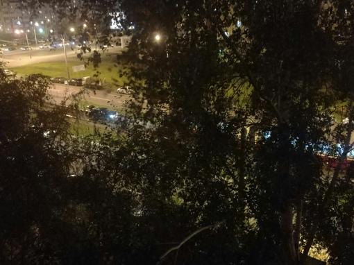 На Стародеревенской, рядом с Богатырским, автомобиль выехал на трамвайные пути. Трамваи в сторону Ша...