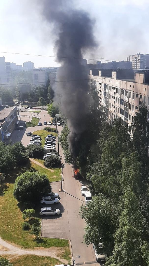 Загорелась машина на улице подвойского у дома 36к1