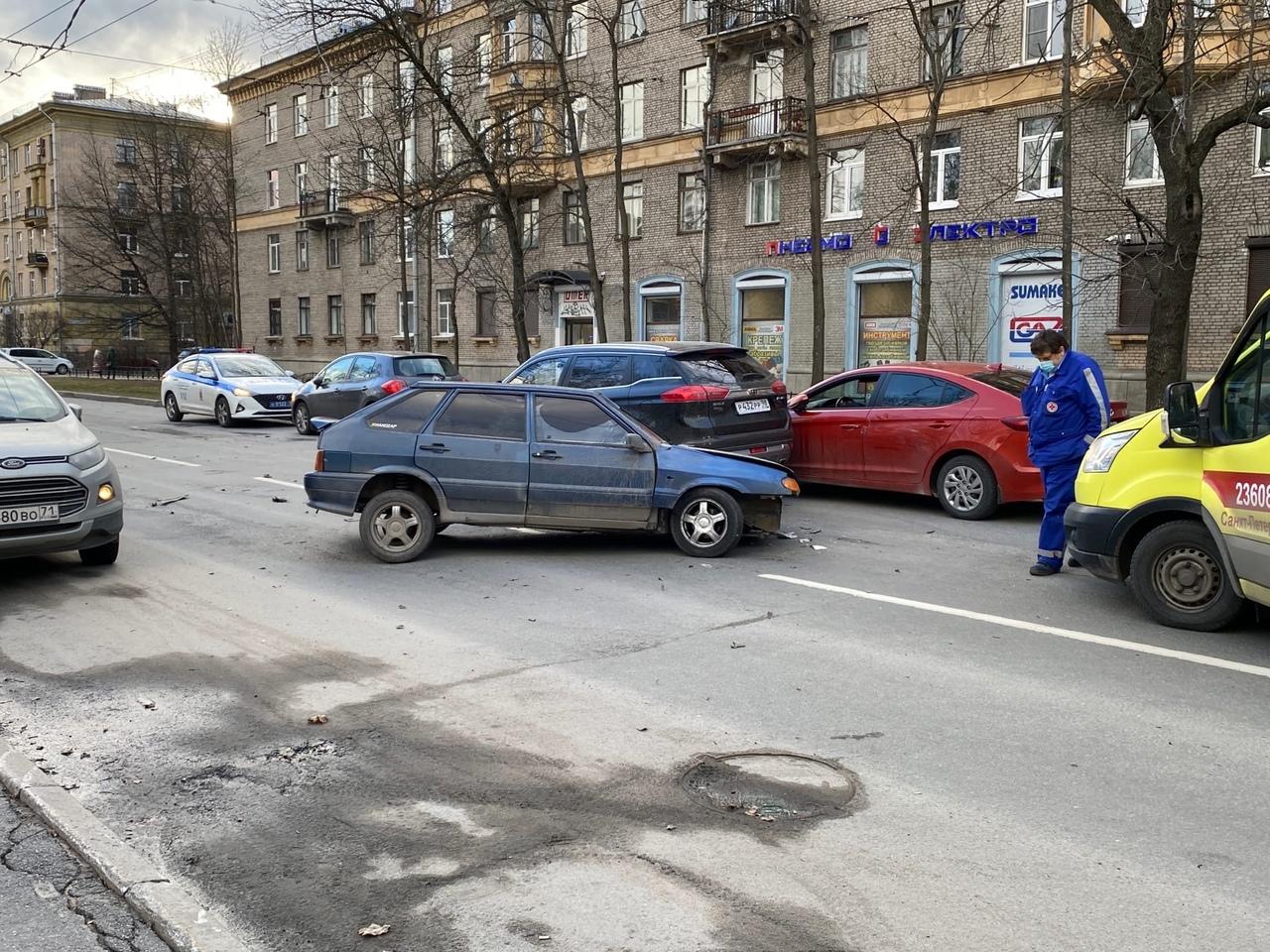 Серьезное ДТП на Курчатова, 6. На месте реанимация и скорая. Улица полностью перекрыта.
