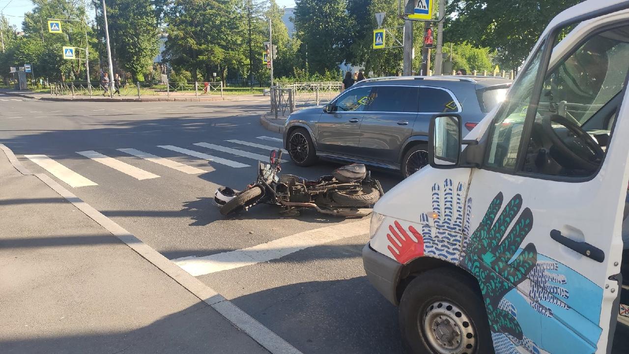 Попал в ДТП на перекрёстке Седова и Большого Смоленского. Mercedes на светофоре решил не тормозить. ...