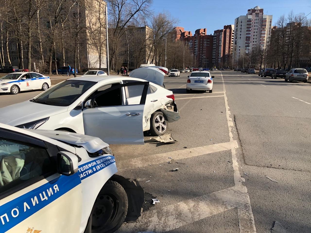 Появилось видео момента, когда на Дальневосточном проспекте автомобиль ДПС подбил «Солярис» на разде...