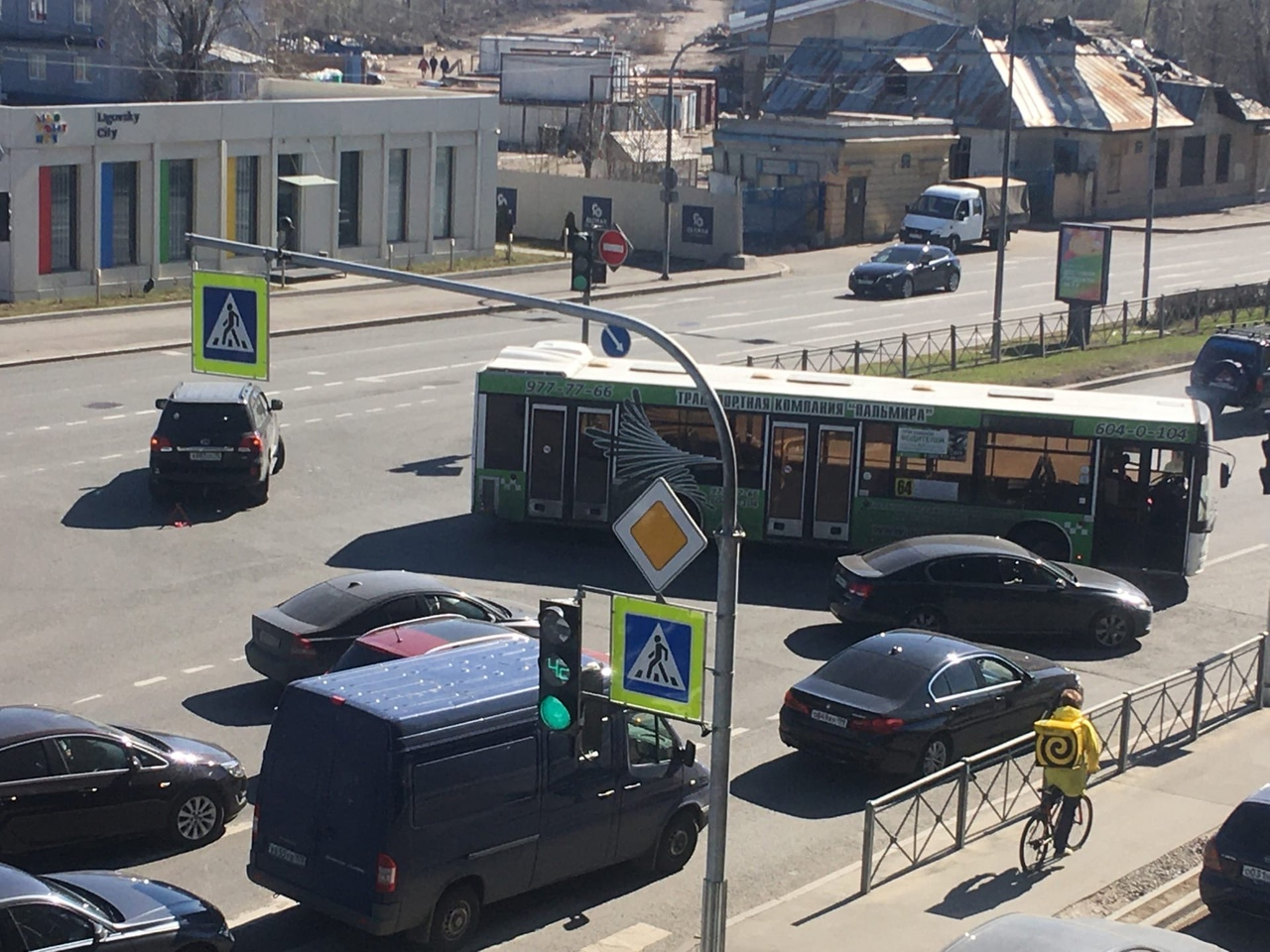 На Лиговском 271 автобус шёл на разворот и, как я понял зацепил крузака и перегородил Лиговский. Дв...