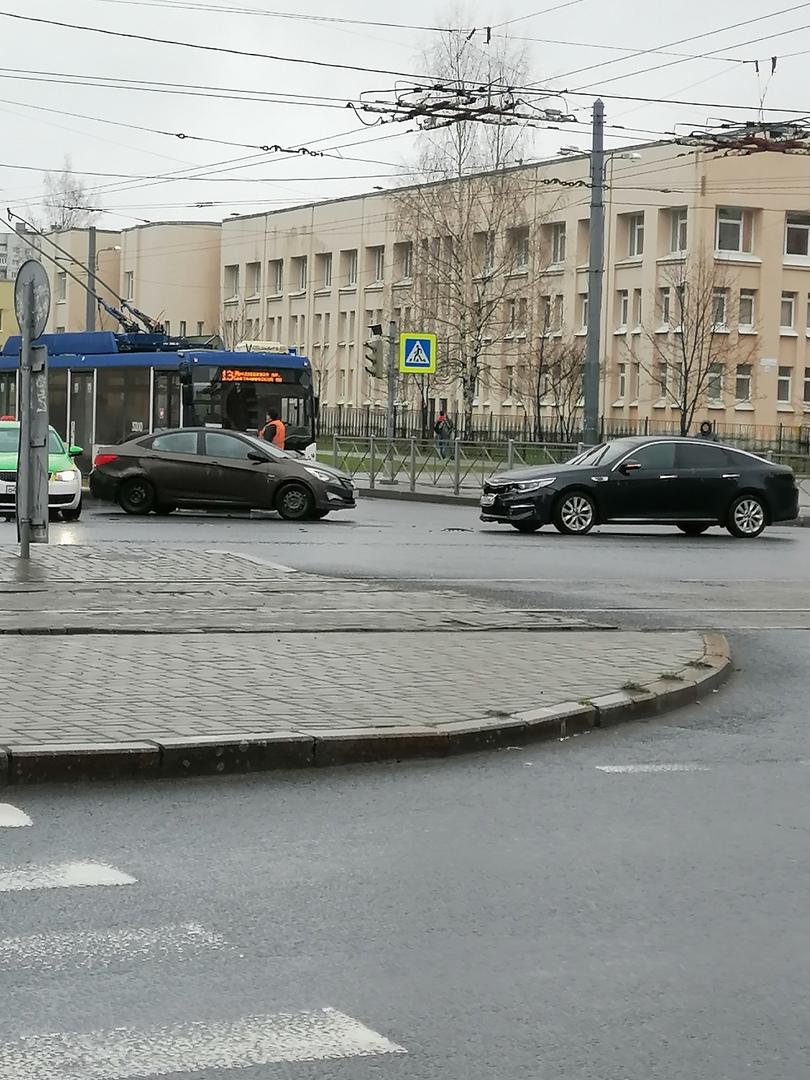 Оптима и Solaris устроили ДТП на пересечении улицы Есенина и проспекта Просвещения. Троллейбусу и ...