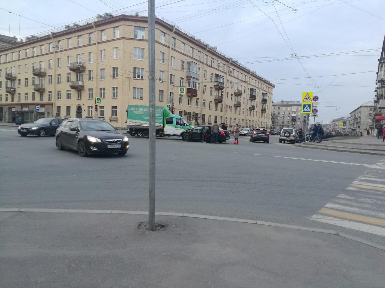 Дтп на пересечении Краснопутиловской и Зайцева. Все живы. Пассажир с переднего сидения в крови, лежи...