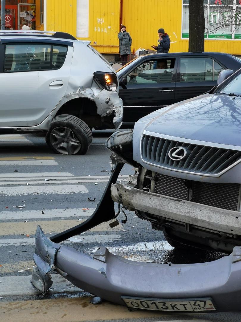 На Солдата Корзуна 40 одна машина пропускала пешехода, а lexus влетел в нее. Пешеход женщина цела, ...