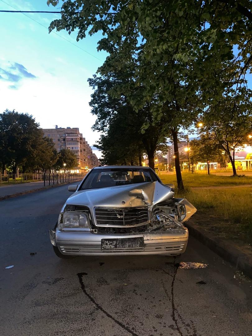 Дтп в кармане улицы Димитрова Яндекс таксер выезжая со двора ,не убедился в безопастности манёвра ц...