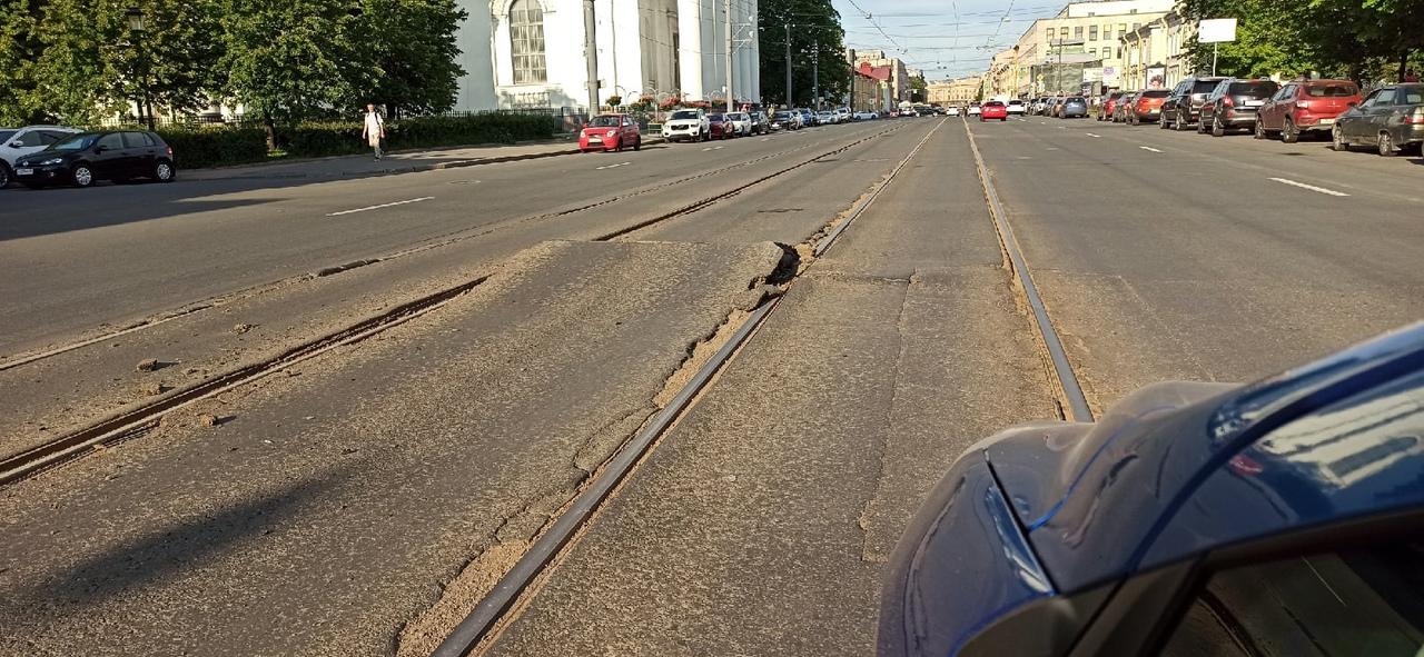 Тройцкий проспект 1-3 на трамвайных путях подняло асфальт. Очень большой трамплин, ничем не огорожен...