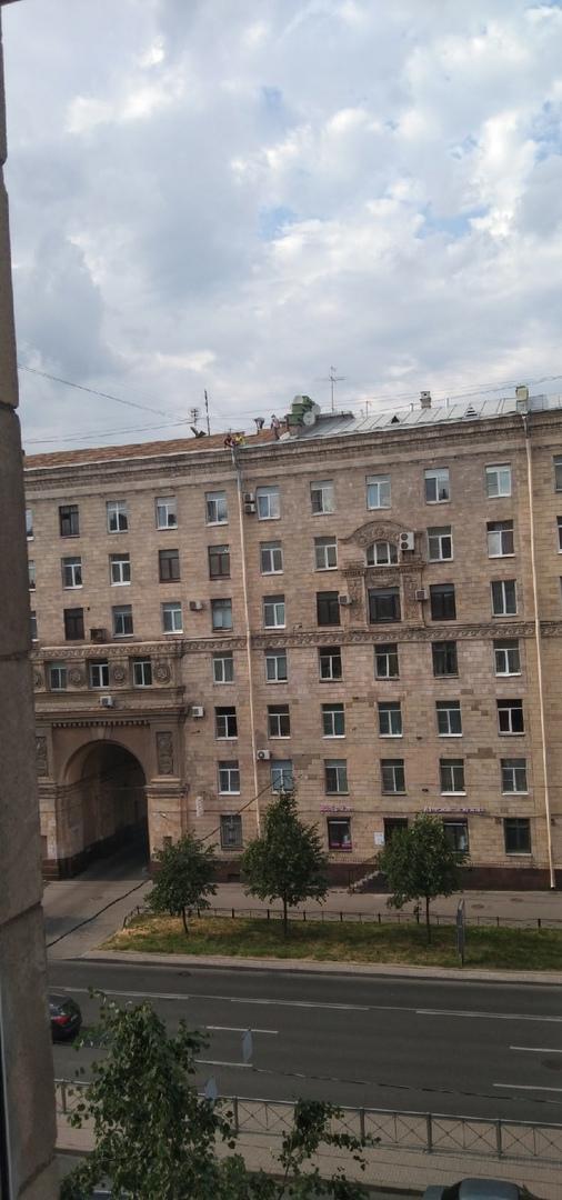 В доме на углу Ленинского и Московского ремонт крыши, снимают старую обшивку. Всё без страховки, тер...