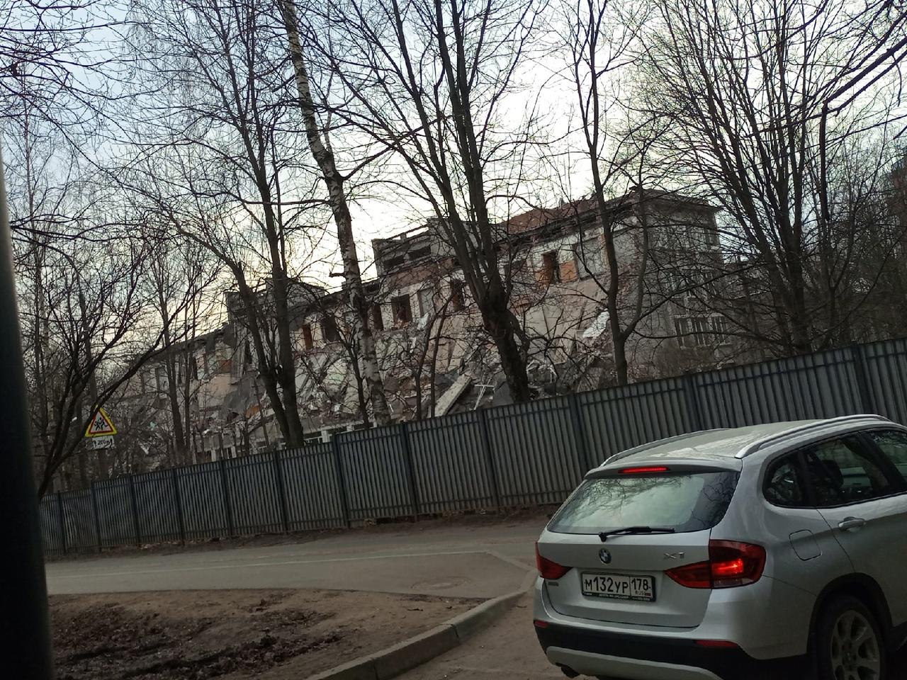На Болотной улице, 6, приступили к сносу здания школы. Взамен городские власти намерены построить но...